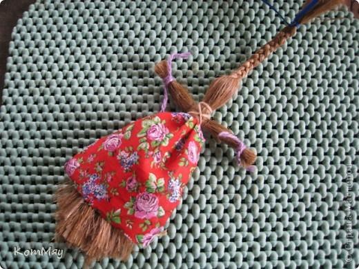 """Предлагаю вашему вниманию МК куклы-льнянушки. Привезла я его из славного города Мышкина, где нас научили делать такой оберег. А я, в свою очередь, хочу научить и вас.  Материал изготовления - лён. Его можно заменить на шерстяные нитки, пряжу... Сначала немного истории... Куклу-льнянушку делали для того, чтобы она помогала рукодельницам осваивать секреты ремесел, защищала от худого, наставляла на ум. Каждая хозяйка дедала себе такую куколку и заговаривала её, делилась с ней своими секретами и мечтами, просила помощи.  Размещать эту """"подружку"""" необходимо так, чтобы она не смотрела ни в окно, ни на дверь. Пусть ваше женское счастье остаётся и преумножается в вашем доме.  фото 14"""