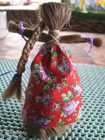 """Предлагаю вашему вниманию МК куклы-льнянушки. Привезла я его из славного города Мышкина, где нас научили делать такой оберег. А я, в свою очередь, хочу научить и вас.  Материал изготовления - лён. Его можно заменить на шерстяные нитки, пряжу... Сначала немного истории... Куклу-льнянушку делали для того, чтобы она помогала рукодельницам осваивать секреты ремесел, защищала от худого, наставляла на ум. Каждая хозяйка дедала себе такую куколку и заговаривала её, делилась с ней своими секретами и мечтами, просила помощи.  Размещать эту """"подружку"""" необходимо так, чтобы она не смотрела ни в окно, ни на дверь. Пусть ваше женское счастье остаётся и преумножается в вашем доме.  фото 15"""