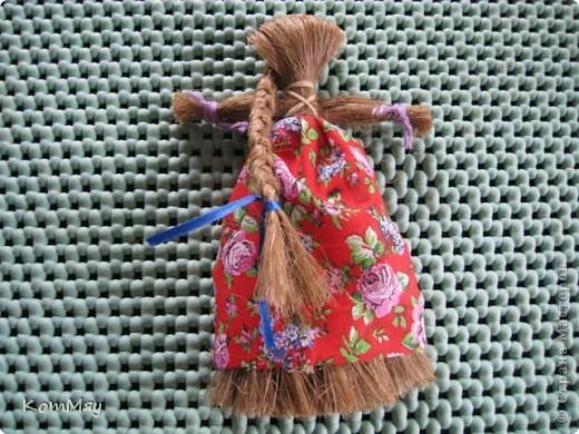 """Предлагаю вашему вниманию МК куклы-льнянушки. Привезла я его из славного города Мышкина, где нас научили делать такой оберег. А я, в свою очередь, хочу научить и вас.  Материал изготовления - лён. Его можно заменить на шерстяные нитки, пряжу... Сначала немного истории... Куклу-льнянушку делали для того, чтобы она помогала рукодельницам осваивать секреты ремесел, защищала от худого, наставляла на ум. Каждая хозяйка дедала себе такую куколку и заговаривала её, делилась с ней своими секретами и мечтами, просила помощи.  Размещать эту """"подружку"""" необходимо так, чтобы она не смотрела ни в окно, ни на дверь. Пусть ваше женское счастье остаётся и преумножается в вашем доме.  фото 16"""