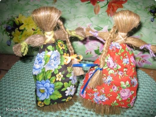 """Предлагаю вашему вниманию МК куклы-льнянушки. Привезла я его из славного города Мышкина, где нас научили делать такой оберег. А я, в свою очередь, хочу научить и вас.  Материал изготовления - лён. Его можно заменить на шерстяные нитки, пряжу... Сначала немного истории... Куклу-льнянушку делали для того, чтобы она помогала рукодельницам осваивать секреты ремесел, защищала от худого, наставляла на ум. Каждая хозяйка дедала себе такую куколку и заговаривала её, делилась с ней своими секретами и мечтами, просила помощи.  Размещать эту """"подружку"""" необходимо так, чтобы она не смотрела ни в окно, ни на дверь. Пусть ваше женское счастье остаётся и преумножается в вашем доме.  фото 1"""