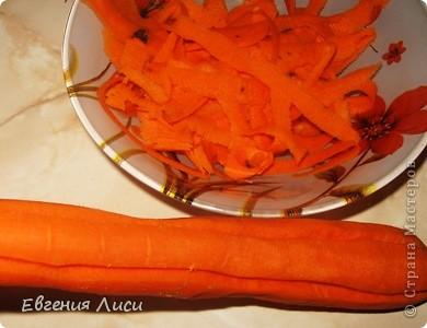 """Я все время публикую рецепты - быстро, просто. Ну и сейчас, не изменяя себе, рада показать наши """"парадные"""" блюда, в которых тоже ничего сложного нет. Поскольку на ДР готовки много, мясо можно готовить накануне Нам понадобится: толстенький брусочек вырезки (любой вид); морковка - длинная; чеснок; приправа для мяса (смешивайте на свой вкус. У меня много перца, пряных трав, соль) фото 2"""