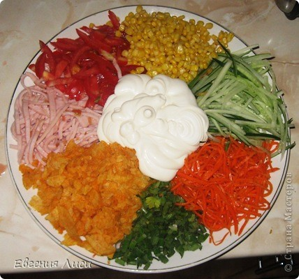 """Я все время публикую рецепты - быстро, просто. Ну и сейчас, не изменяя себе, рада показать наши """"парадные"""" блюда, в которых тоже ничего сложного нет. Поскольку на ДР готовки много, мясо можно готовить накануне Нам понадобится: толстенький брусочек вырезки (любой вид); морковка - длинная; чеснок; приправа для мяса (смешивайте на свой вкус. У меня много перца, пряных трав, соль) фото 8"""