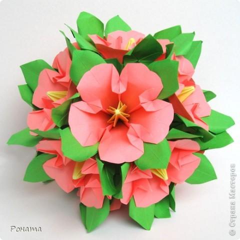 Ох, народ, полдня провозилась с дебютом в соо :) Вот и до Страны добралась! Показываю новенькое.  Букетик Мальвы, или Гибискус китайский :) Планировались мальвы, но когда сложила один цветочек, гляжу - похоже на что-то очень знакомое. Китайская роза! Почитала в Википедии, и оказалось, что китайская роза, она же гибискус китайский, тоже из семейства мальвовых :)  фото 1