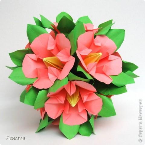 Ох, народ, полдня провозилась с дебютом в соо :) Вот и до Страны добралась! Показываю новенькое.  Букетик Мальвы, или Гибискус китайский :) Планировались мальвы, но когда сложила один цветочек, гляжу - похоже на что-то очень знакомое. Китайская роза! Почитала в Википедии, и оказалось, что китайская роза, она же гибискус китайский, тоже из семейства мальвовых :)  фото 2