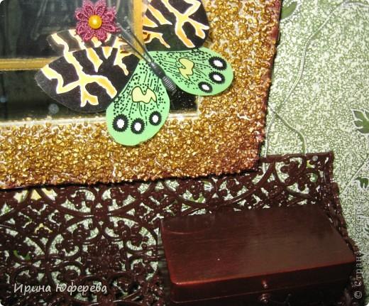 Этому зеркалу уже полсотни лет. Захотелось немного его оживить. Нанесла по периметру двусторонний скотч, на него гречку, покрыла золотой аэрозолью, а по бокам - шоколадной. Внутри зеркала ещё одна рамка полностою золотая. Уголка оформила ракушками и бабочками.  фото 2