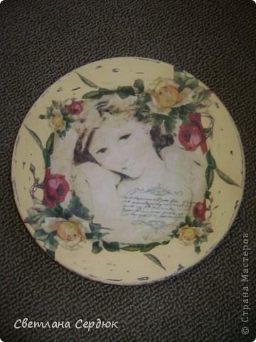 Хотела сделать набор в стиле шебби-шик, первая тарелка получилось такой, нужен совет. Что в ней не так?