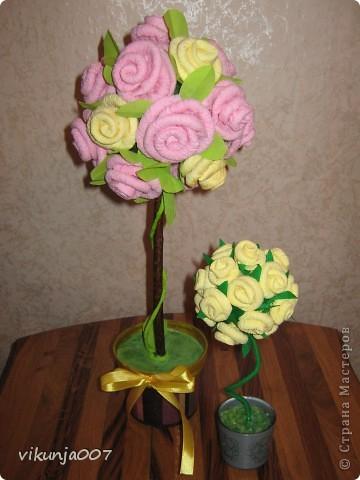 Насматревшись на изобилие роз и розовых деревьев мастериц, решила и сама освоить розочки из салфеток. Горшочек испытал на себе мои первые шаги в декупаже, а маленькое деревце сидит в готовой вазочке. фото 1
