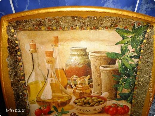 Вот такая тарелочка получилась у меня с использованием салфеток, клея ПВА, смеси сухой травы, акриловых красок и яхтенного лака.Обратный декупаж. фото 2