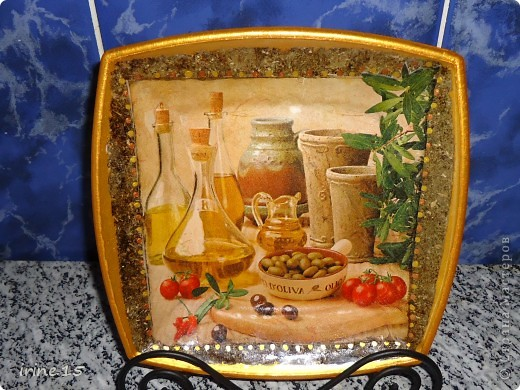Вот такая тарелочка получилась у меня с использованием салфеток, клея ПВА, смеси сухой травы, акриловых красок и яхтенного лака.Обратный декупаж. фото 3