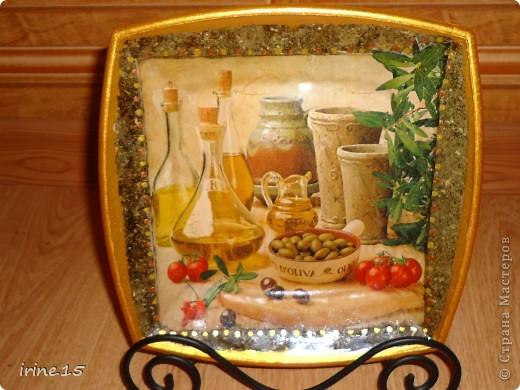 Вот такая тарелочка получилась у меня с использованием салфеток, клея ПВА, смеси сухой травы, акриловых красок и яхтенного лака.Обратный декупаж. фото 1