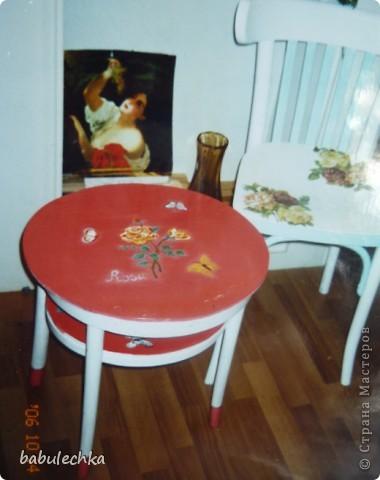 На белой столешнице  цветущий шиповник.  фото 2