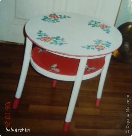 На белой столешнице  цветущий шиповник.  фото 1