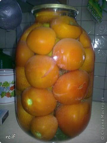 В нашей семье никогда не консервировали помидоры, пока случайно несколько лет назад соседка по даче не поделилась этим рецептом. Помидорчики – прелесть! И готовить их быстро и просто! фото 3