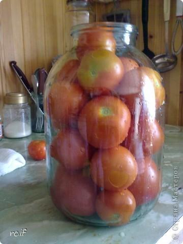 В нашей семье никогда не консервировали помидоры, пока случайно несколько лет назад соседка по даче не поделилась этим рецептом. Помидорчики – прелесть! И готовить их быстро и просто! фото 2