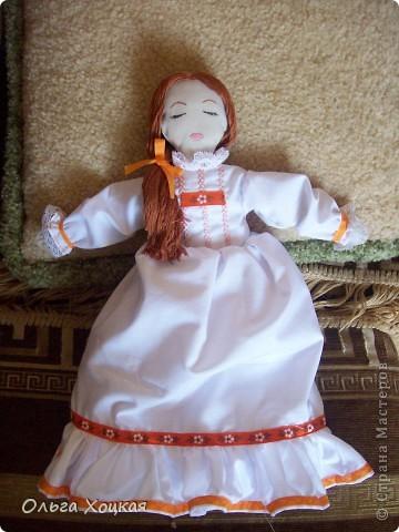 Вот и я пошила свою первую куколку для дочурки.  Назвали ее Даша.Это куколка-перевертыш. У нее два платья. В одном она спит, в другом хозяйничает.   фото 4