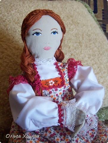 Вот и я пошила свою первую куколку для дочурки.  Назвали ее Даша.Это куколка-перевертыш. У нее два платья. В одном она спит, в другом хозяйничает.   фото 1