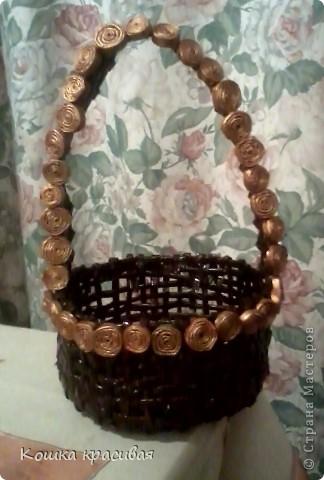 Золотые кружочки пришивала нитками. пробовала выплетать их из стоек корзинки. нет, для меня это неудобно.