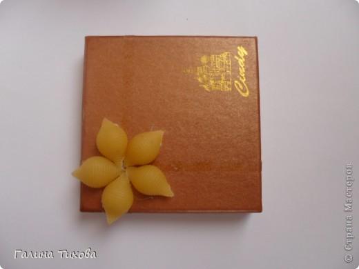 Обычную коробку можно превратить в подарочную декорируя её фигурными макаронами. Мастер-класс:  http://masterica.maxiwebsite.ru/archives/6526#more-6526 фото 3