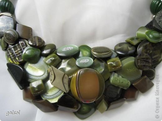 Колье.Выполнено  из  разных пуговиц. Гармоничное сочетание  оттенков зелёного....болотного...горчичного....Они предельно материальны и действуют успокаивающе.. фото 2