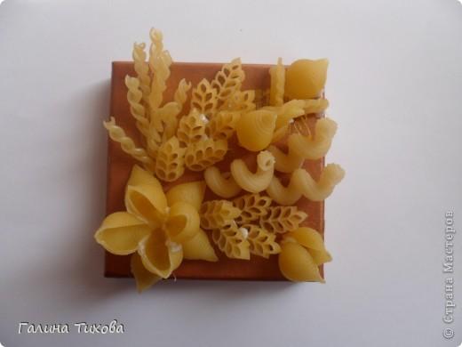Обычную коробку можно превратить в подарочную декорируя её фигурными макаронами. Мастер-класс:  http://masterica.maxiwebsite.ru/archives/6526#more-6526 фото 5