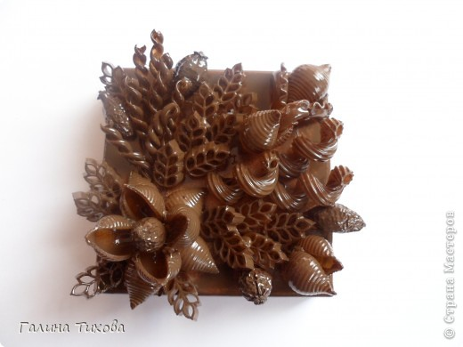 Обычную коробку можно превратить в подарочную декорируя её фигурными макаронами. Мастер-класс:  http://masterica.maxiwebsite.ru/archives/6526#more-6526 фото 7