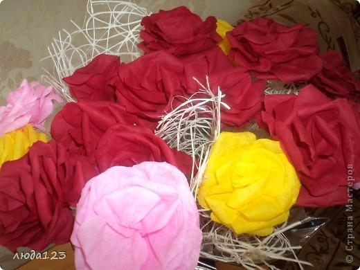 Розы из бумаги Увидела у Ирины Хохловой розы так мне захотелось сделать и для себя.Конечно у меня они не большие  ноя очень старалась. фото 4