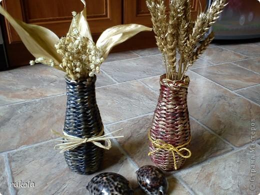 Две сестрички- вазочки!!! Обплетены баночки от сока,понравилась форма бутылки,решила оформить под вазочку, украшены сухими ландышами и колосками)))  фото 1