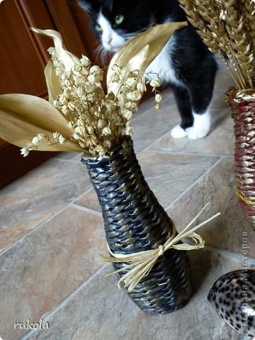Две сестрички- вазочки!!! Обплетены баночки от сока,понравилась форма бутылки,решила оформить под вазочку, украшены сухими ландышами и колосками)))  фото 2