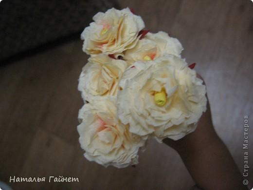 """Панно """"Чайные розы"""". Под впечатлением результатов от МК http://stranamasterov.ru/node/131184?c=favorite накрутила букетик таких роз только из креповой бумаги Примечательно в таких цветах то, что они делаются без клея фото 13"""