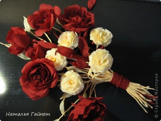 """Панно """"Чайные розы"""". Под впечатлением результатов от МК http://stranamasterov.ru/node/131184?c=favorite накрутила букетик таких роз только из креповой бумаги Примечательно в таких цветах то, что они делаются без клея фото 16"""