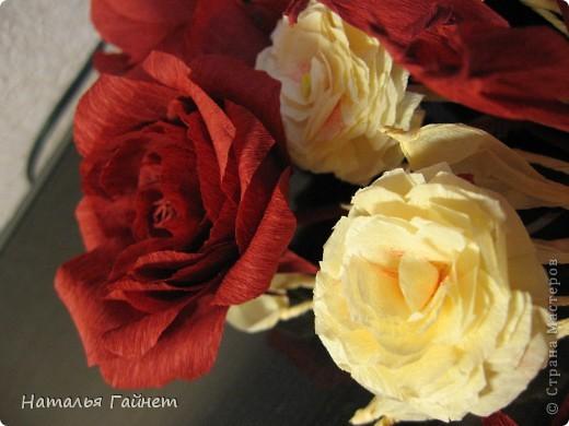 """Панно """"Чайные розы"""". Под впечатлением результатов от МК http://stranamasterov.ru/node/131184?c=favorite накрутила букетик таких роз только из креповой бумаги Примечательно в таких цветах то, что они делаются без клея фото 20"""