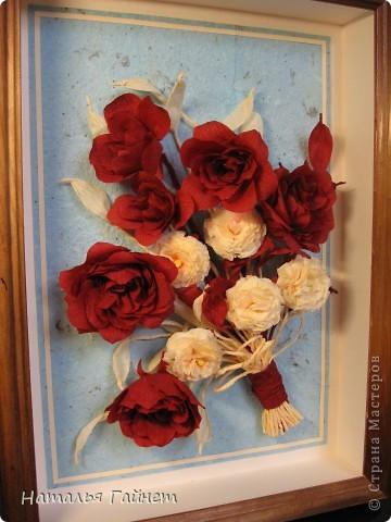 """Панно """"Чайные розы"""". Под впечатлением результатов от МК http://stranamasterov.ru/node/131184?c=favorite накрутила букетик таких роз только из креповой бумаги Примечательно в таких цветах то, что они делаются без клея фото 1"""