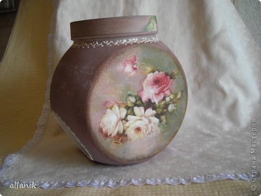 """Стеклянная банка ,емк. 2,5 л для хранения сах.песка. Была она такая унылая,скучная,а вот теперь ей стало повеселей!.. Прямой декупаж распечаток,подрисовка-дымка акриловыми красками, в """"окошечке"""" --роза через трафарет интерферентной розовой краской по матированному стеклу..контурный рисунок рельефной тонкой пастой..(работа пока не покрыта лаком) фото 3"""