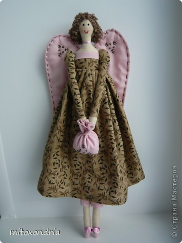 Агата- винтажный ангел. Платье я только сделала длиннее и пышнее, чем у оригинала. Ткань тела и платья - бязь, крылья, штаники, туфли и сумочка-ситец. Лицо, крылья и сумочку вышила нитками мулине. Волосы- пряжа букле. фото 1