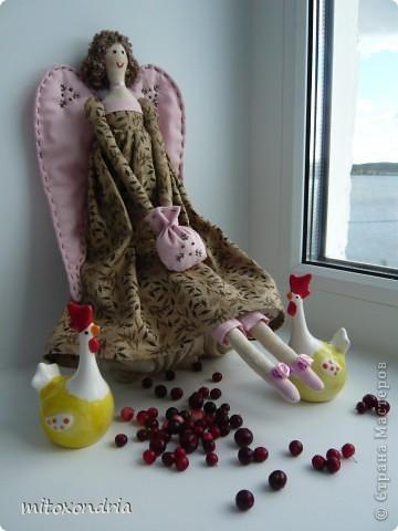 Агата- винтажный ангел. Платье я только сделала длиннее и пышнее, чем у оригинала. Ткань тела и платья - бязь, крылья, штаники, туфли и сумочка-ситец. Лицо, крылья и сумочку вышила нитками мулине. Волосы- пряжа букле. фото 3