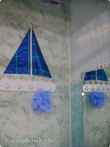 Итак, милости просим в ванную! Сделана она в морской тематике, которая четко выражена во всем: от коврика под ногами до держалки для мочалок. фото 8