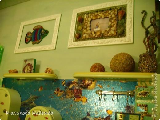 Итак, милости просим в ванную! Сделана она в морской тематике, которая четко выражена во всем: от коврика под ногами до держалки для мочалок. фото 12