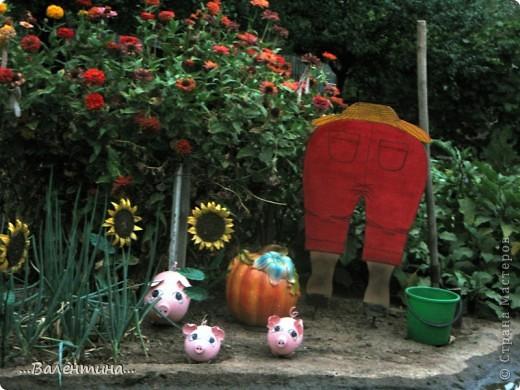 """Лето в наших краях очень жаркое.По официальным сводкам температура """"за бортом"""" больше 40 держится уже второй месяц.А если на солнце? Можете представить себе как высыхает все в огороде, розы теряют свой цвет, не успев распустится, помидоры, огурцы уже почти высохли, картошку выкопали.Даже трава потеряла сочные оттенки зеленого цвета, желтеет... А красоты все равно хочется.Вот и приходится украшать двор. Как у меня это получилось судить Вам. ----------------------------------------------- Озорные поросята так и норовят залезть в грядки. Подсолнушки        http://stranamasterov.ru/node/211482         повернули свои головки за солнцем. фото 5"""