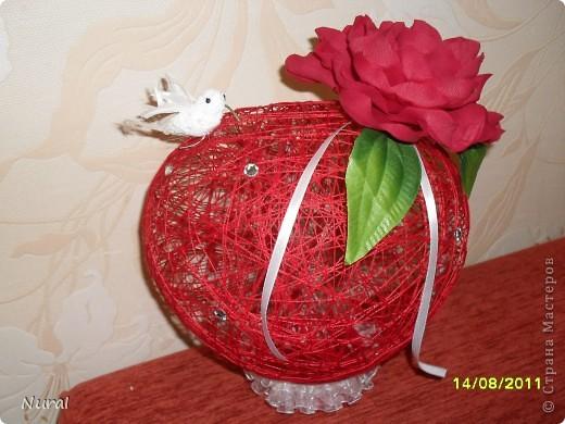 вот такие шары в виде сердец, с красными розами и птичкой колибри (невеста одобрила) на столы для гостей   роза по МК Лика2010 спасибо ей большое (я ее сделала из креповой бумаги и она заиграла) фото 2
