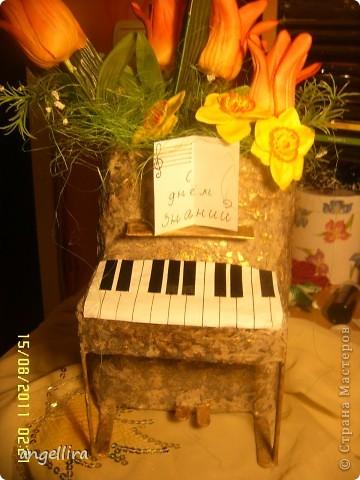 Доброго времени суток,мои дорогие мастерицы! Выставляю на ваш труд свою идею! я обожаю делать вещи из ничего, а это как раз тот случай.  :)) Сделано это пианино из 2х коробок из под сока, старых каталогов, палочек от мороженного, скотча, пенопласта, клея и краски :) фото 2