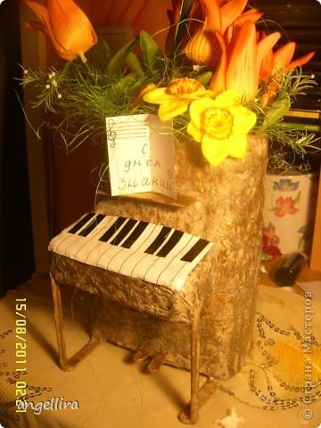 Доброго времени суток,мои дорогие мастерицы! Выставляю на ваш труд свою идею! я обожаю делать вещи из ничего, а это как раз тот случай.  :)) Сделано это пианино из 2х коробок из под сока, старых каталогов, палочек от мороженного, скотча, пенопласта, клея и краски :) фото 1