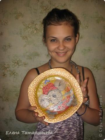 Делалась тарелочка по случаю Дня Рождения сестры. Купила тарелку, наклеила яичную скорлупу, покрасила краской-спреем, затем сама салфетка(немного с морщинками, но самое главное начать, а там......дело мастера боится!) Правда специального лака для декупажа не было под рукой, пришлось использовать свой(который использую обычно для своих работ), поэтому не очень довольна. Но в целом работа новой хозяйке понравилась - а это самое главное!!!  фото 3