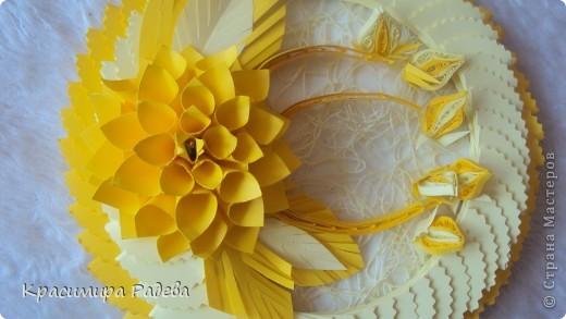 Здравейте на всички ! Это мое панно . Видях красивите цветя на Галина Юрьевна и реших и аз да опитам.Ето - това се получи. Благодаря й за идеята !!!Идеята за рамката ми дойде съвсем спонтанно. Като разглеждах работата на Татьяна Иголкина- Такая простенькая игрушка. Само ,че моите кръгчета са с диаметър 5,5 см. Тя е направила играчка, а аз - пано.Благодаря и на нея !!! фото 2