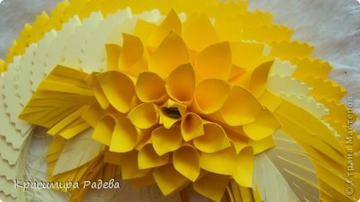 Здравейте на всички ! Это мое панно . Видях красивите цветя на Галина Юрьевна и реших и аз да опитам.Ето - това се получи. Благодаря й за идеята !!!Идеята за рамката ми дойде съвсем спонтанно. Като разглеждах работата на Татьяна Иголкина- Такая простенькая игрушка. Само ,че моите кръгчета са с диаметър 5,5 см. Тя е направила играчка, а аз - пано.Благодаря и на нея !!! фото 4