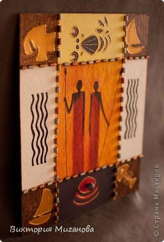 """Африка в бутылке.... Материал:бутылка (""""Старый мельник""""),соленое тесто,акриловые краски,объемный контур,дерев.бусины,вырезка из газеты,тесьма....  фото 4"""