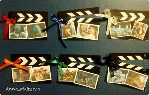 """Привет! Это моя вторая серия. называется она """"Камера, мотор!"""". Карточки выполнены в виде киношных хлопушек) Верхняя часть хлопушки подвижная, она на люверсе. Первой выбрать, если понравится что-то, предлагаю Vitulichka http://stranamasterov.ru/user/8988 . фото 1"""