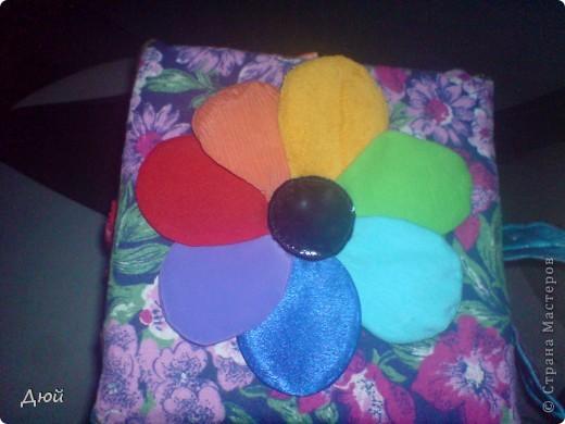 Кубик для племянницы делала на скорую руку по мотивам книжки для сынишки. Так, что она по сути точная копия, за исключением одной картинки с улиткой.  Цветик семицветик-подвижные лепесточки-мешочки из разной наощупь ткани с разными наполнителями. фото 1