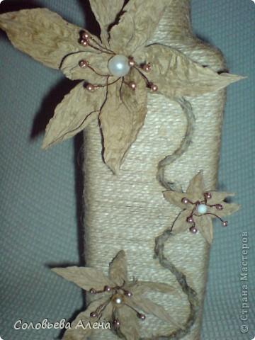 Бутылка декорирована джутовым шпагатом, цветы из шпагата бумажного. фото 1