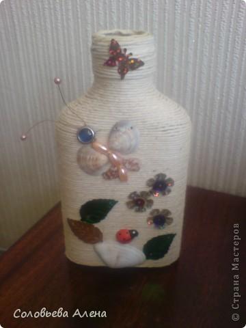 Бутылка декорирована джутовым шпагатом, цветы из шпагата бумажного. фото 10