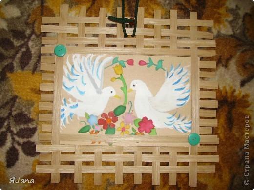 Привет всем мастерицам! Сегодня покажу вам этих птичек в рамочке. Я подарила их моим родителям на День семьи. Им очень понравилось птичек получать, а мне рисовать и плести рамочку. фото 1